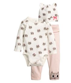 Powder pink/cat. CONSCIOUS. Set with bodysuit, pants, and hat in soft organic cotton jersey. Long-sleeved bodysuit with overlapping sections at shoulders