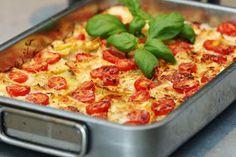 Två små kök: Krämig tortellinigratäng med salami, lök och tomater