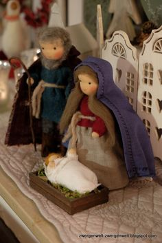 nativity set 2016 by zwergenwelt Christmas Nativity Scene, Christmas Scenes, Diy Christmas Ornaments, Christmas Projects, Christmas Decorations, Wool Needle Felting, Christmas Blessings, Waldorf Toys, Felt Dolls