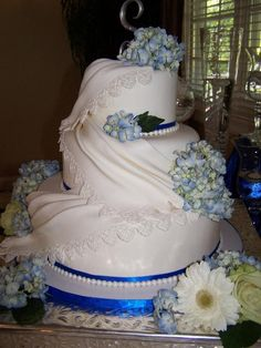 - Lace and Pearls Wedding Cake