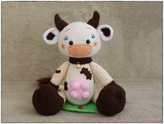 Die kleine Kuh mit den süßen Ohren freut sich darauf, von Dir gehäkelt zu werden. Hol Dir die Anleitung + passende Wolle + Häkelnadel und dann leg los.