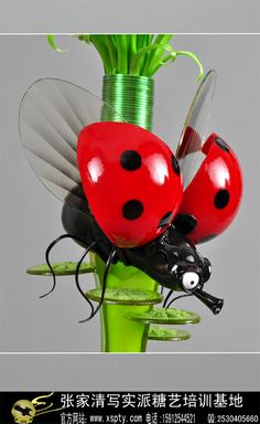 """French sugar art works Picture """"ladybug close-up"""" --- Zhang returned from studies in France Chocolate Showpiece, Chocolate Art, Blown Sugar Art, Pulled Sugar Art, Collages, Masterpiece Theater, Isomalt, Gum Paste Flowers, Decorating Cakes"""