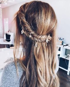 "Gefällt 2,858 Mal, 4 Kommentare - Luxy Hair (@luxyhair) auf Instagram: ""Monday hair inspo: Add some charms or hair rings to your Fishtail braid for a beautiful boho vibe!…"""