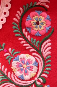 Crewel Embroidery Patterns Incredible - Surface Embroidery On Crochet ; Scandinavian Embroidery, Mexican Embroidery, Hungarian Embroidery, Learn Embroidery, Crewel Embroidery, Cross Stitch Embroidery, Embroidery Thread, Embroidery Tattoo, Embroidery Alphabet