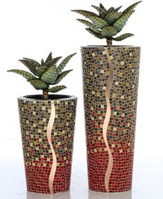 Mosaic vases : Who doesn't have a vase that could benefit from a little mosaic? Mosaic Planters, Mosaic Vase, Mosaic Flower Pots, Mosaic Tiles, Pebble Mosaic, Mosaic Crafts, Mosaic Projects, Mosaic Furniture, Mosaic Stepping Stones