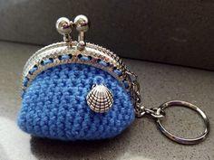 Llavero-monedero azul con concha