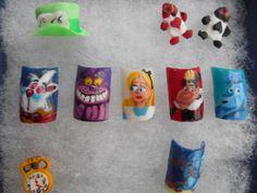 Es un Set que hice de Alicia con técnica a mano alzada (dibujados a mano) y #3D #PaisDeLasMaravillas #Alicia #Conjejo #ReynaDeCorazones #naipes #cheshire #wonderland #LaChicaDeLasUñas #Nails #NailArt 네일 아트  Nagel Kunst  Art des ongles ¿Les gusta?
