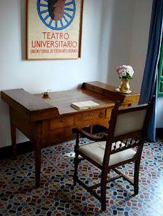 Este es el escritorio de Federico Garcia Lorca.Lorca era un trabajador muy duro. Escribió muchas obras, algunas nunca fueron publicados.