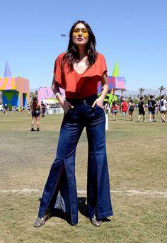 Foi dada a largada aos festivais de verão no hemisfério norte com o primeiro final de semana do Coachella. Pináculo fashion do nicho, o festival levou ao deserto da Califórnia uma turma estilosa de anônimos e celebridades como as angels da Victoria's Secret, Solange, Katy Perry e Rihanna (de macacão brilhante Gucci) para conferir o lineup desta edição, encabeçado por Radiohead, Lady Gaga e Kendrick Lamar. Notamos um cansaço do look boho, que dominou o estilo do público nos últimos anos, ...