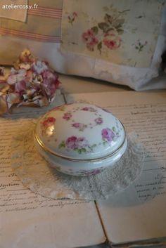 Bonbonnière ancienne en porcelaine , décor roses Brocante de charme atelier cosy.fr