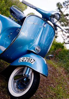 blue vespa vbb
