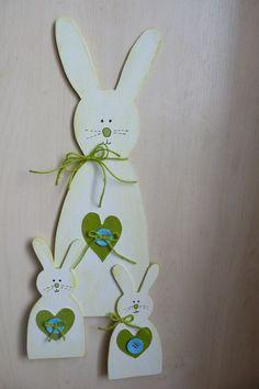 Zaječí rodinka I. Ručně vyřezávaní zajíčci z překližky. Poslouží jako dekorace na Velikonoce i jako dekorace např. do dětského pokojíčku nebo kuchyně.. 1 zajíc velký + 2 zajíčci menší. Velikost : velký zajíc - 41x14 cm, malý zajíček - 19x9 cm. Barevné kombinace : bílá+zelená, srdíčka jsou z koženky. Přiloženy lepítka pro snadné uchycení. Vše ...: