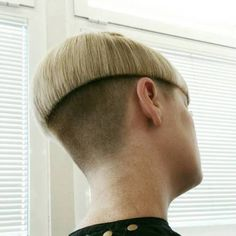 Fantastic Super Bowl hairstyles detail are offered on our internet site. Have a look and you will not be sorry you did. Fantastic Super Bowl hairstyles detail are offered on our internet site. Have a look and you will not be sorry you did. Rihanna, Bowl Cut Hair, Baby Girl Haircuts, Mushroom Haircut, Before And After Haircut, Bowl Haircuts, Vibrant Hair Colors, Edgy Hair, Trending Hairstyles