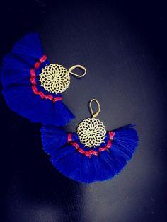 Boucles d'oreilles rosace et pompons bleu klein