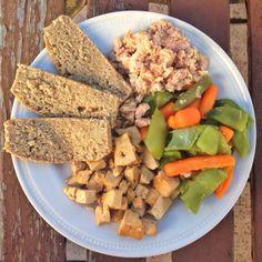 ¡Plato combinado saludable!   Tofu, atún al natural, verduras y pan casero de espelta integral