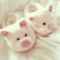 GTKM: I love slippers and weird designs like these! I love fuzzy/fluffy pillows, slippers, onesies etc Sock Shoes, Cute Shoes, Baby Shoes, Pyjamas, Cute Slippers, Baby Slippers, Heated Slippers, Soft Slippers, Mickey Y Minnie