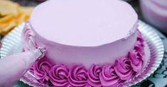 Simples, fácil e delicioso: confira como decorar seus bolos com essa cobertura cheia de sabor que é a sensação do momento! Confira como é fácil deixar seus bolos lindos com uma cobertura deliciosa de chantininho! Já ouviu falar do chantininho? Ele é um chantili feito com leite em pó, perfeito