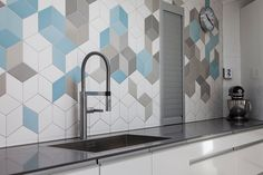 Valdresgata_04. Flis. Tiles. Kitchen. Hexagon ish. blue. white. grey. modern.