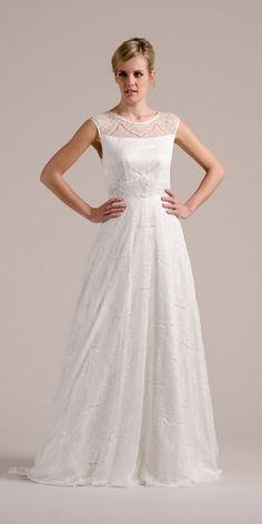 Brautkleid mit Trägern aus transparenter Spitze. Unserer Nanette gibt dir durch die angeschnittene Schulter einen sportlichen Brautlook, der Problemzonen an der Schulter entgegenkommt ;-).