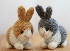tuto doudou lapin, exemple de lapin tricoté, un lapin en marron et blanc et un lapin en gris et blanc, yeux noirs
