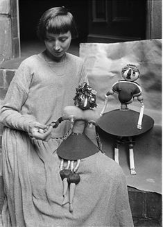 Hannah Höch parlant aux marionnettes repésentant ses filles Pax et Botta, circa 1920
