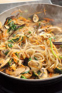 Japchae (Jab Chae or Chap Chae): fried noodles with mushrooms & Korean vegetables - Cuisine - Asian Recipes K Food, Love Food, Food Porn, Korean Dishes, Korean Food, Asian Recipes, Healthy Recipes, Ethnic Recipes, Korean Vegetables