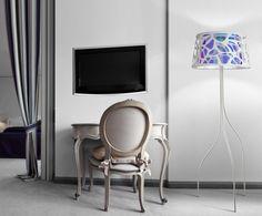 Lámpara de pie con cuerpo metálico, en blanco roto, modelo Organic .Doble pantalla en textil troquelada y poliéster metalizado iridescente
