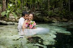 トラッシュ・ザ・ドレス | Photography: AkiDemi Photography | Read more: http://www.storymywedding.com/magical-secret-cenote-wedding/ #セノーテ #destinationwedding # 水中撮影 #アンダーウォーター #underwater #海外ウエディング