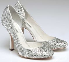 Os sapatos de noiva completam o visual da noiva, todos os pormenores do visual da noiva devem ser escolhidos com todo o cuidado, eles devem ser escolhidos