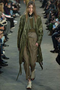 Phillip Lim Fall 2016 Ready-to-Wear Fashion Show - Susanne Knipper Fashion Week, Look Fashion, New Fashion, Runway Fashion, High Fashion, Fashion Show, Womens Fashion, Fashion Design, Fashion Trends