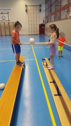 Idée d'ateliers collaboratifs en salle de gym Idées d'ateliers co. - Idée d'ateliers collaboratifs en salle de gym Idées d'ateliers collaboratifs en - Gross Motor Activities, Gross Motor Skills, Sports Activities, Preschool Activities, Sports Day Games, Teambuilding Activities, Physical Education Games, Physical Activities, Teamwork Activities