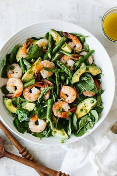 This shrimp, asparagus and avocado salad is utterly delicious and perfect for spring. It's a light, vibrant, creamy and healthy avocado salad. Recipe inspired by Foodie Crush's Citrus Shrimp and Avocado Salad. Shrimp And Asparagus, Asparagus Recipe, Asparagus Salad, Spinach Salad, Healthy Salads, Healthy Eating, Healthy Recipes, Free Recipes, Cheap Recipes