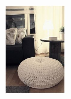 Just love the idea to diy this one but I was boring and just bought it Diy Crochet And Knitting, Learn To Crochet, Knitting Ideas, Cute Quilts, Diy Art, Diy Home Decor, Diy And Crafts, Ottoman, Living Room
