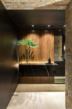 Hoy en día son más las personas que optan por agregar tonos oscuros a los baños. Colores que van desde los grises oscuros, marrones, negros… en acabados como pueden ser los alicatados y sanitarios. Para baños grandes, también puedes optar por hormigones o cementos pulidos, maderas y piedras variadas. #baños #bañososcuros #decoración #ideasbaño #ideas #tonososcuros Washroom Design, Toilet Design, Bathroom Design Luxury, Lavabo Design, Houses In France, Bathroom Design Inspiration, Design Ideas, Best Bathroom Designs, Modern House Design