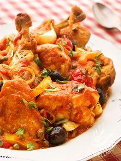 Il Pollo alla provenzale: tenera carne bianca guarnita con una salsa a base di pomodoro, capperi e olive nere. Un piatto profumato, nutriente e semplice!