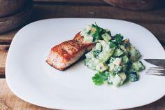 Salmão Grelhado com Salada de Abacate e Pepino