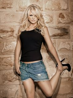 Hairstyles For Round Faces, Twist Hairstyles, Miranda Lambert Hair, Country Female Singers, Shiny Hair, Classic Hollywood, Country Girls, Hair Looks, Hair Type