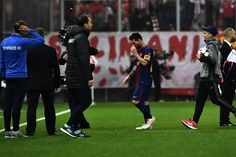Barcelona's Argentinian forward Lionel Messi (C) leaves the pitch at the end of the UEFA Champions League group D football match between FC Barcelona and Olympiakos FC at the Karaiskakis stadium in Piraeus near Athens on October 31, 2017.  / AFP PHOTO / ARIS MESSINIS - 82 of 90
