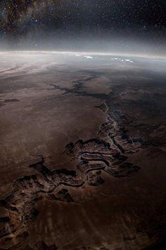 * Вид с околоземной орбиты  на Большой Каньон...
