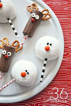 Clever yet simple Christmas food crafts for kids. Store bought items turned into festive characters and Christmas treats. Easy friend and neighbor gifts. Best Christmas Desserts, Edible Christmas Gifts, Christmas Desserts Easy, Edible Gifts, Christmas Crafts For Kids, Christmas Goodies, Holiday Treats, Simple Christmas, Christmas Parties