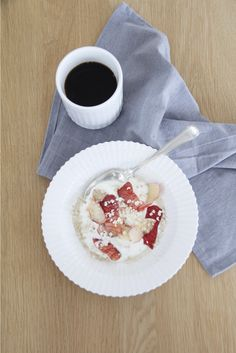 Eat your yoghurt in our Lyngby plate.
