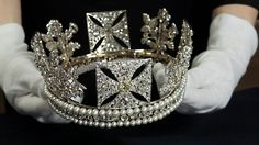 See The George IV Diadem Replica Crown Worn By Queen Dilly Dally at the following:  www.queendillydally.com  www.facebook.com/queendillydally