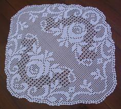 Centrino a filet con due rose - della categoria Uncinetto dall'album di Barbara69. Crochet Tablecloth Pattern, Crochet Doily Patterns, Crochet Doilies, Crochet Lace, Unique Crochet, Beautiful Crochet, Fillet Crochet, Crochet Decoration, Needlepoint Stitches
