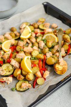 Bakplaat met zalm - makkelijk recept - Lekker en Simpel Fish Recipes, Healthy Recipes, Happy Kitchen, Fish Dishes, Love Food, Potato Salad, Casserole, Paleo, Dinner Recipes