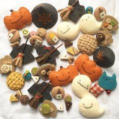 おはようございます。秋の気配をあちらこちらで感じますが庭の蝉もまだまだ負けていません。だけどだけどウヒヒヒヒヒ。おいしいお菓子はどこーっ。ちいさい魔女のケ... Pom Pom Crafts, Felt Crafts, Diy And Crafts, Crafts For Kids, Arts And Crafts, Diy Halloween Decorations, Halloween Crafts, Christmas Crafts, Felt Diy