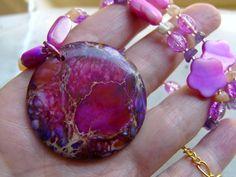 *Ein echter Naturschmuck Schatz.  Der Anhänger aus dem Tiefengestein des Meeres passt mit seinem Farbspiel in pink, lila, violett orange und rot wunde