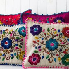 como bordar con lana a mano ile ilgili görsel sonucu Floral Embroidery Patterns, Mexican Embroidery, Needlepoint Patterns, Hand Embroidery, Crochet Patterns, Peruvian Textiles, Embroidered Cushions, Thread Art, Embroidery Needles