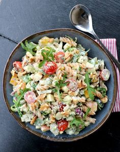Kylling- og pastasalat med krema pestodressing - LINDASTUHAUG Pasta Salad, Cobb Salad, Snacks, Potato Salad, Tapas, Natural Remedies, Easy Meals, Good Food, Brunch