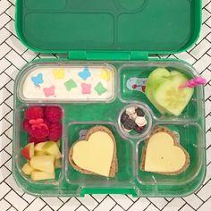 Valentinstag: das Herzchenbento in der Yumbox Classic für die Schule. #lunchbox #veggie