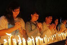 إندونيسيون يصلون من أجل الفلسطينيين الذين استشهدوا في الغارات التي تشنها إسرائيل. ألف شمعة يوقدها الإندونيسيون من أجل السلام في فلسطين.